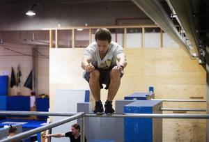 Vincent Johnsson gör ett jättehopp och landar smidigt på den smala barrstången.