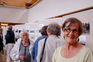 – Det är gamla bilder från min hemby och jag är väldigt intresserad av folk och historia, förklarar Lena Eklöf. Foto: Sandra Wåger