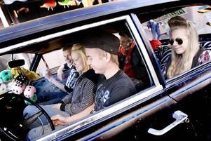 RAGGARE. Stefan Jonsson, Mikaela Lindquist, Christoffer Olsson, Björn Wallin och Maria Lindquist ute i Björns Opel Olympia på Cruising i Gävle.