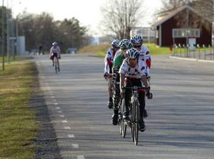 Totalt körde över 30 cyklister premiären inne på F4-området, Frösön. David Sundström, Östersunds CK, vann seniorklassen.Foto: Helena ModighIce Karlsson, Team Fuji, låg i täten i början av juniorernas lopp. Till slut var det dock Olle Olsson som var starkast.