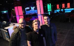 Ronnie Thelin, nöjesansvarig, Jonathan Forsberg, evenemangsansvarig och Anton Ryvang, marknadsansvarig, ser fram emot nypremiären på Liljan i helgen. FOTO: JONAS STENTÄPP