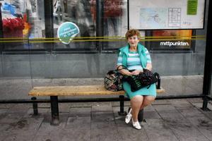 Eva Karlberg missade precis bussen. Hon tycker att det har varit lite jobbigt att alltid se till att ha med sig kontanter.