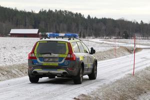 Polisen har spärrat av ett område runt den brandskadade bilen där en person hittades död.
