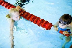 Hannah Åström och Max Järsand har båda lärt sig att simma under kursen.