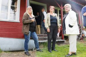 Sonja Proos, Kerstin Hill och Elilsabeth Grinde utanför den gamla skidfabriken.
