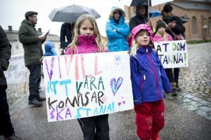 Systrarna Mira och Vilja Holst deltog i manifestationen.