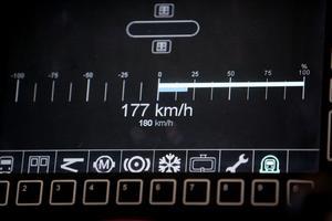 Hastighetsmätaren visar att det går 177 km/tim.