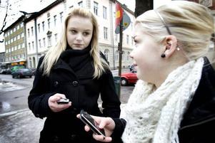 FLITIGA MOBILANVÄNDARE. Amanda Östergren och Linn Stolt, båda 14 år, har svårt att tänka sig en tillvaro utan sina mobiltelefoner.