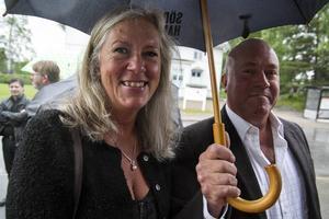 Ett fruset landstingråd, Eva Lindberg (S) med paraplybärare (enligt egen utsago!) Kalle Forsberg.