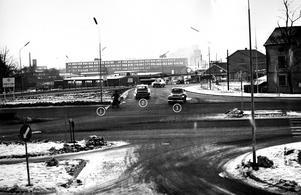 """På bilden här invid- tagen från Parken mot Pilgatan – kör mopedisten (1) fullkomligt fel och trafikfarligt. Han skulle alltså ha legat till vänster i mittfilen och kört upp på cykelbanan framför Parken. Bilen (2) kör rätt. Bil (3) däremot fel. Den ligger i mittfil och borde alltså fortsätta upp till Folkets parks parkering i stället för att """"tränga"""" sig in på Stockholmsvägen."""