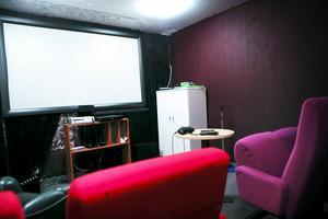 Ett litet biorum som används till spel och film när det inte nyttjas för presentationer och utbildningar. Alsens bygdegård har skänkt stolarna och de boende har tillsammans med personalen sytt, målat och ordnat med inredning.