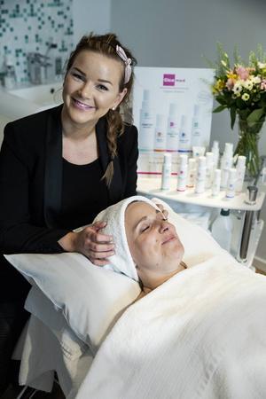 Malin Philipsdotter Hagberg från Rättvik är auktoriserade hudterapeut på Cicamed i Stockholm. Hon ger Pralinläsarna sina bästa hudvårdstips.