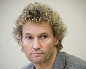 Roger Persson (MP) pekade på att kommunfullmäktige tidigare tagit parkeringspolicyn där en av punkterna i tilläggslistan var en höjning av taket för boendeparkeringar från 500 till 750 kronor.