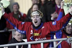 Jocke Hedqvist jublar efter den magiska vändningen och Edsbyns SM-guld 2004.