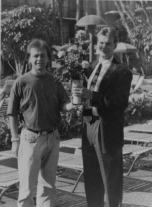 VLT 1991. Nicklas Lidström får VLT-priset 1991 av Patrick Kipler, VLT-sporten.