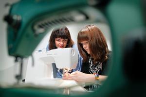 Katarina Franck är stolt över verksamheten hon har dragit i gång. Ylva Kjellberg jobbar vid symaskinen.
