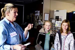 Rörd till tårar av Vilma Jifjell och Ellen Sunnerts skänkta pengar tar Värmestugans gruppchef Marlene Lindgren Sköld emot gåvan.
