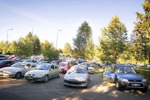 Sommarnöje. Harnäs idrottsplats var fylld av bilar och människor, i varierande ålder, under bingokvällen. Foto:Karin Rickardsson