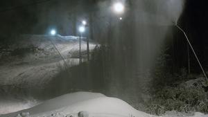 Klackbergsbacken börjar täckas av snö.