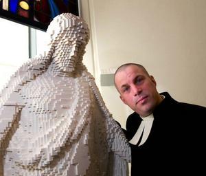 Jesusstatyn i form av 30 000 legobitar, här tillsammans med prästen  Per Wilder.