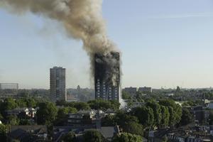 En storbrand utbröt i ett 27-våningshus i västra London under natten mot onsdag.