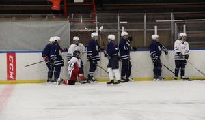 Här tränar äldsta gruppen, 00–03, på is under måndagseftermiddagen.