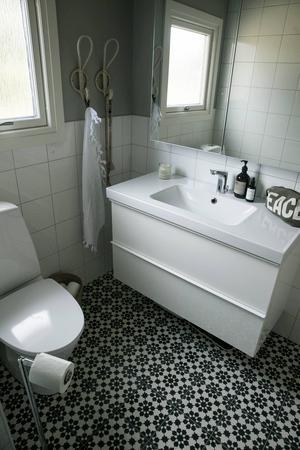 Jenny älskar Marrakech och valde tjocka Marockanska betongplattor till badrumsgolvet. Till golvläggarens förtret.