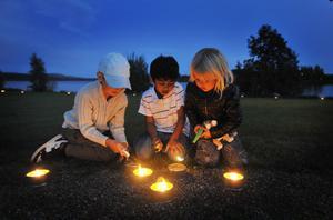 Oliver Lans, Eric Malalatunga och Ella Hansson tände ljus sista helgen i augusti.