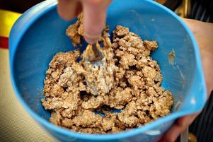 Farinsocker blandas med smör. Det ska bakas cookies i Torvalla.