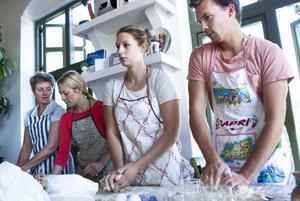 Här knådar Jonas Nyberg, i passande Capri-förkläde, Lisa Norgren, Anna Styf och Karin Styf sina degar.