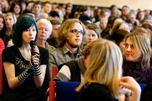 """Isa Olofsson, till vänster, frågade Reinfeldt om hur han och hans parti tänker arbeta med att utveckla vården. """"Jag känner flera som är sjuka och de som lidit på grund av hur det fungerar, det är därför jag frågade om det"""", sade Isa Olofsson.  Foto: Ulrika Andersson"""