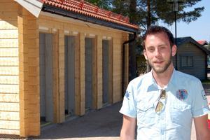 Mattias Rosendahl berömmer kommunen för satsningen på ordentliga toaletter vid Fänforsens rastplats.