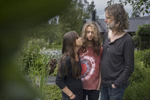 Maria, Lucas och Jens trivs bra på gården i Gusta.