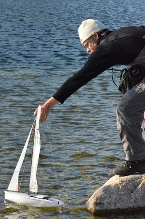 Motvind. Mats Fahlander från Stockholm hade ingen bra dag. Först var det strul med radiostyrningskontrollen och sedan kom det alldeles för mycket sjögräs på båten.BILD: SAMUEL BORG