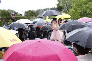 Paren anlände i ett hav av paraplyer
