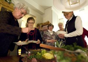 De har varit vänner sedan ungdomen. Inga Larsson, Ingrid Lindh, Karin Svedman, Karin Olsson, Ann-Marie Hodell och Anna Hall tar för sig vid bordet.