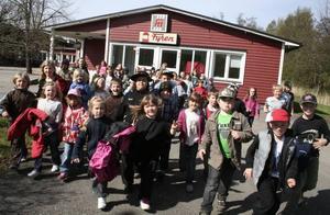 Fabrikens Barn. 73 elever från Norrsundets skola är med och skapar sin egen kabaré tillsammans med proffs inom både teater, konst och musik.