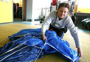 Emma Eriksson, Stockholm packar sin skärm för precisionshoppning.