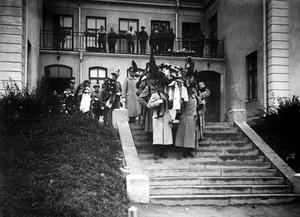 Spanska sjukan härjar. Ett av offren bärs ut från regementets sjukhus på Viksäng.