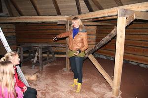 Sofia Lindström ger instruktioner inför Skästrateaterns revy i eldpallkojan.