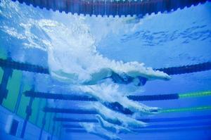 Full fart från start, här är simmarna i ett litet ovanligare perspektiv under helgens tävling Härnösim.