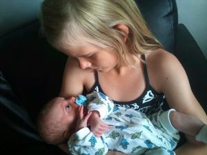 Rebecca håller sin systerdotter Vanessa för första gången...
