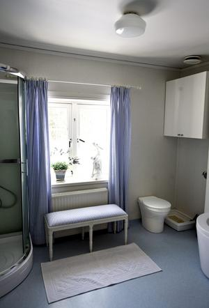 Kerstin är emot att slita ut saker som fungerar. Badrummet fick behålla väggar och golv - och mulltoa - när det renoverades. Men hon har piffat till det med textilier och möbler.