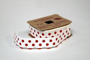 Hyllremsa med röda prickar kostar 88 kronor hos www.broarne.se. Foto: boarne.se