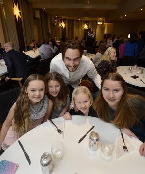 Regina Söderberg, 12 år, Klara Jansson, 12 år, Kevin Walker, Märta Svensk, 9 år och Stina Svensk, 14 år. Tjejerna tyckte att det var roligt att det kom en artist.
