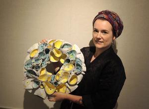 Pia Rudolfsson Anliot med ett av sina keramiska verk som visas i utställningen.
