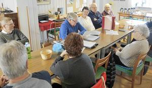 Två gånger i månaden träffas PRO Husby i PRO-gården i Långshyttan för att ta del av vad som förr stod att läsa i Södra Dalarnas Tidning.