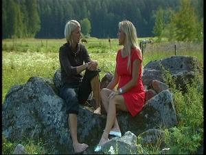 Vill inte såra. Thilde Höök och programledaren Linda Isacsson pratar om hennes val i kvällens program.