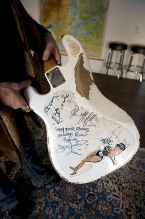 P baksidan av hans Fenderbas finns det några ovärderliga autografer, bland annat från Johnny Cash.