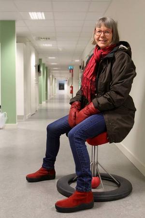 På väg ut för att fotografera stannar vi till, finner stolen och djupet i korridoren.